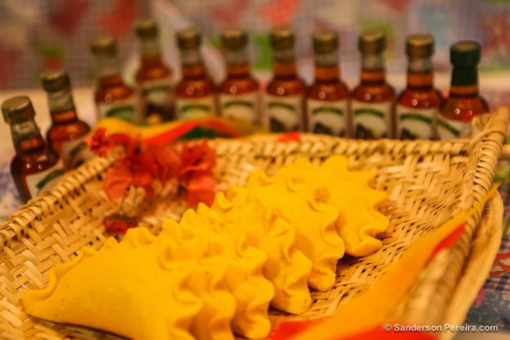 Pastel de Angu em uma peneira de palha.